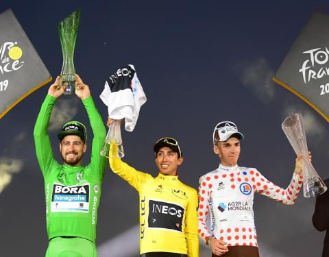 Vítěz Tour de France slaví s křišťálovou trofejí navrženou ŠKODA AUTO