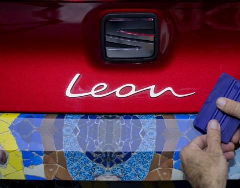 Nový Seat Leon zamaskován ve stylu mozaiky