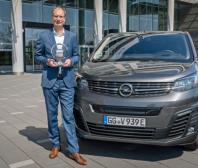 """Šéf automobilky Opel Michael Lohscheller převzal ocenění """"Mezinárodní dodávka roku"""" pro nový Opel Vivaro-e"""