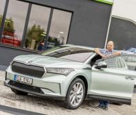 První zákazník v České republice převzal vůz ŠKODA ENYAQ iV